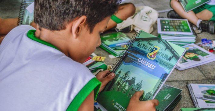 Alunos da rede de ensino de Caruaru recebem material escolar completo